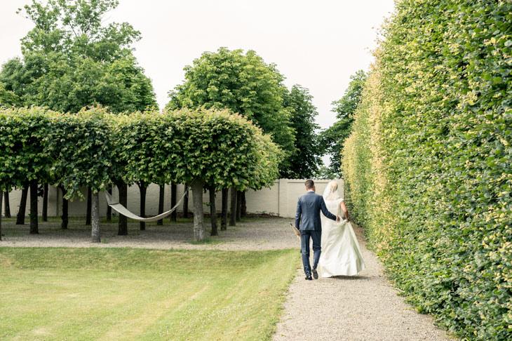brudepar går gennem sophienberg slotshave