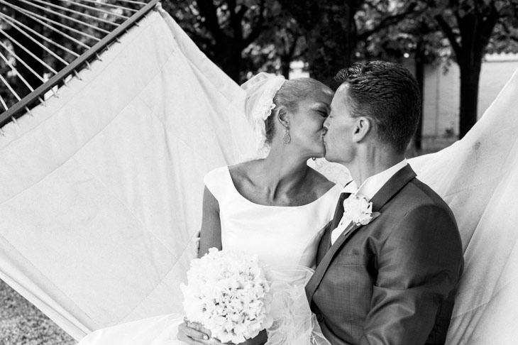 brudepar kysser hinanden i en hængekøje
