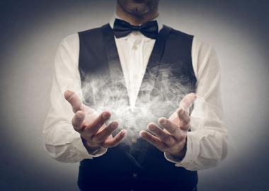 Tryllekunstner med røg i hænderne