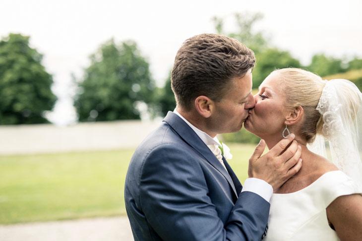 brudepar kysser i sophienberg slotshave