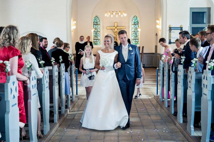 Brudepar går ned gennem kirken efter vielsen