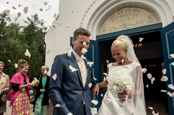 brudepar får kasten rosenblade på sig udenfor kirke