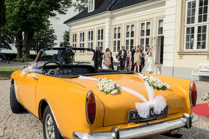 gul sportsvogn pyntet med tyl og blomster