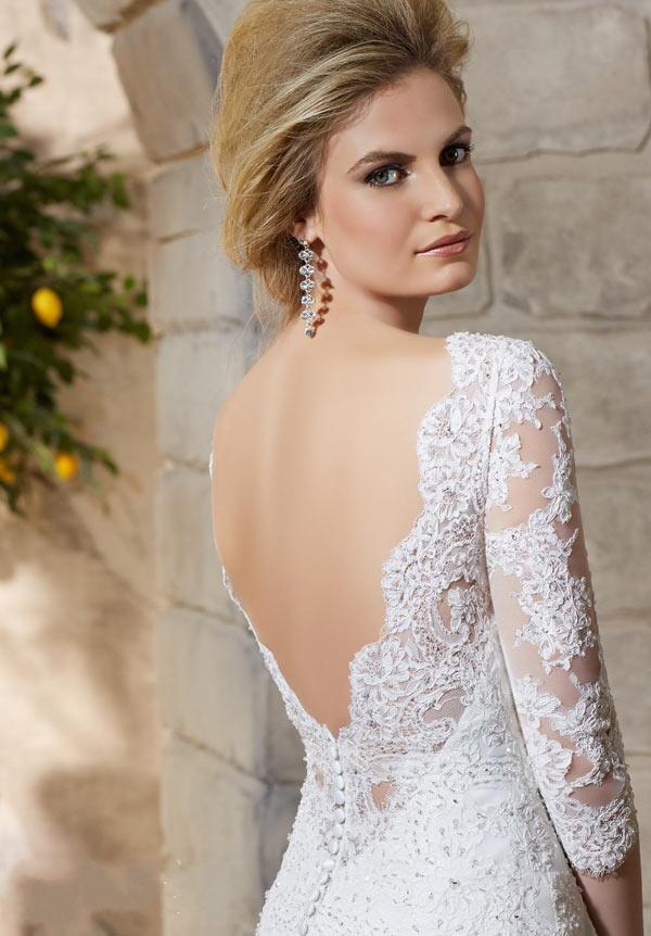 Brudekjole med dyb rygudskæring med fine blonder