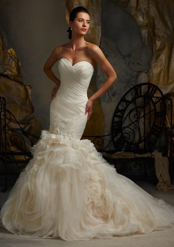 Brudekjole med stort og effektfuldt skørt