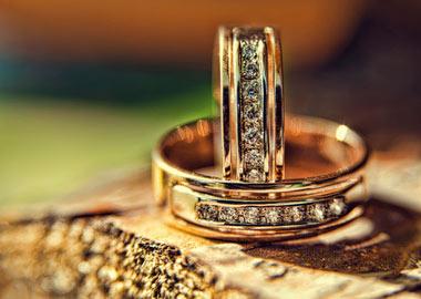 Sæt med vielsesringe i guld med mange diamanter