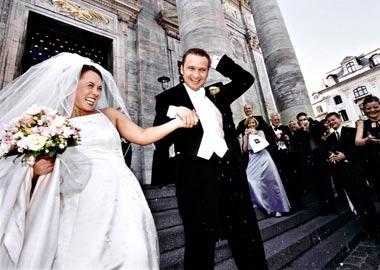 Brudepar får kastet sid på sig udenfor kirken