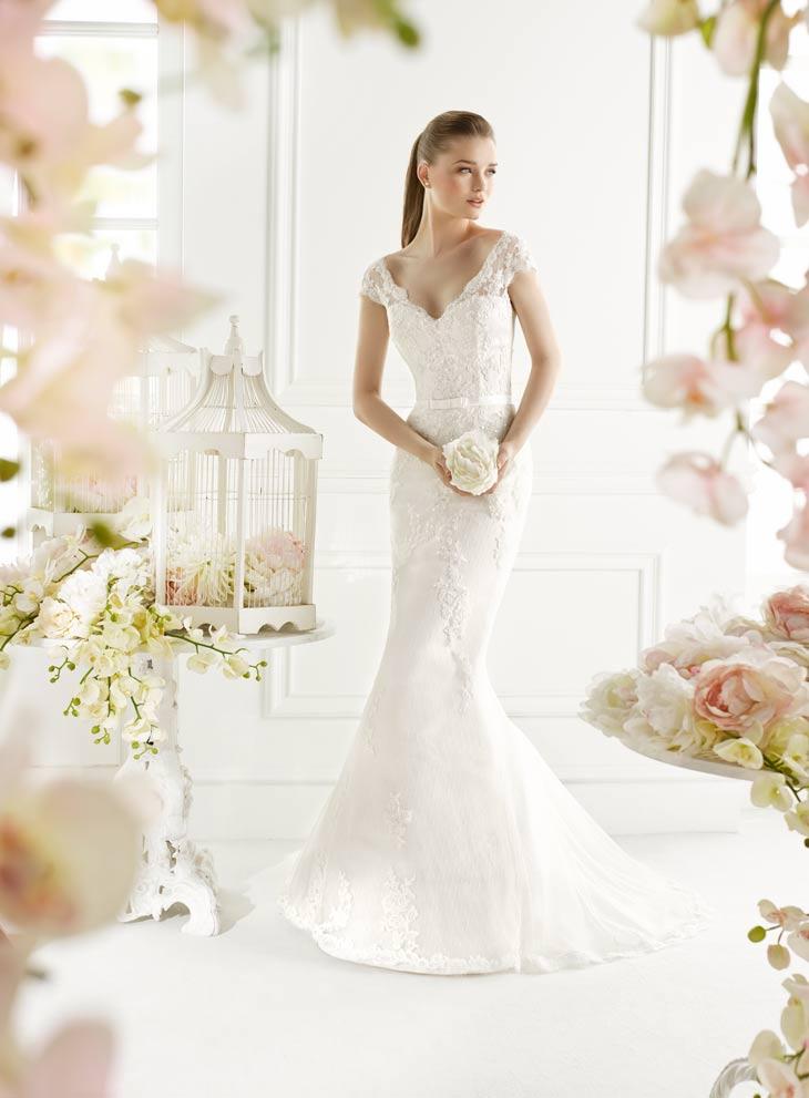 Brudekjole i havfrue facon med halvbrede blonde stropper