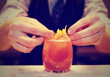 Bartender blander orange drink
