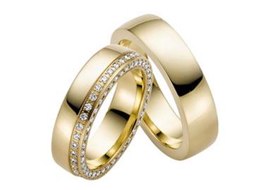 Vielsesringe i guld med sten hele vejen rundt på dameringen