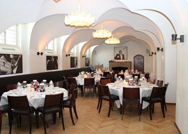 Belis Bar festlokale med runde borde og hvælvede lofter
