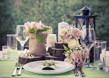 Rustik bordpynt med træskiver, lanterne og blomster