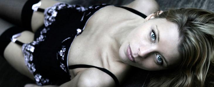 boudoir billede kvinde liggende på gulv