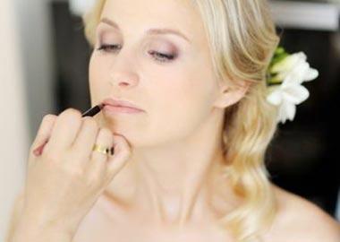 Brud lægger makeup