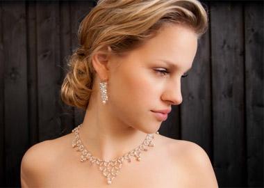 Model med halskæde og ørenringe