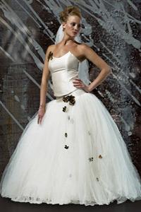 brudekjole tylskørt og læderblomster