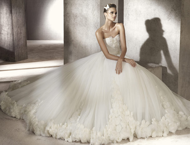 brudekjole kæmpe skørt og silkeblomster