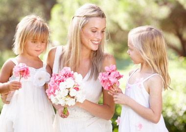Brud der sidder med 2 små brudepiger