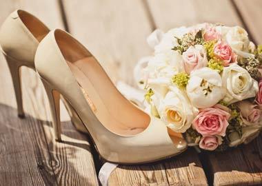 Nudefarvede brudesko sammen med brudebuket