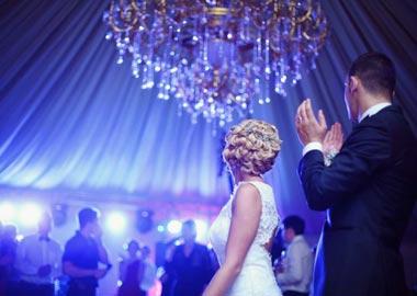 Brudepar der fester med deres gæster
