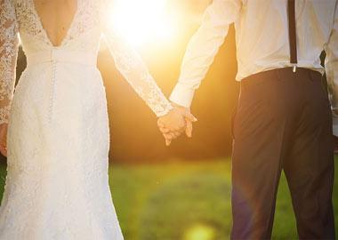 Brudepar holder i hånd