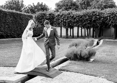 Brudepar krydser lille træbro