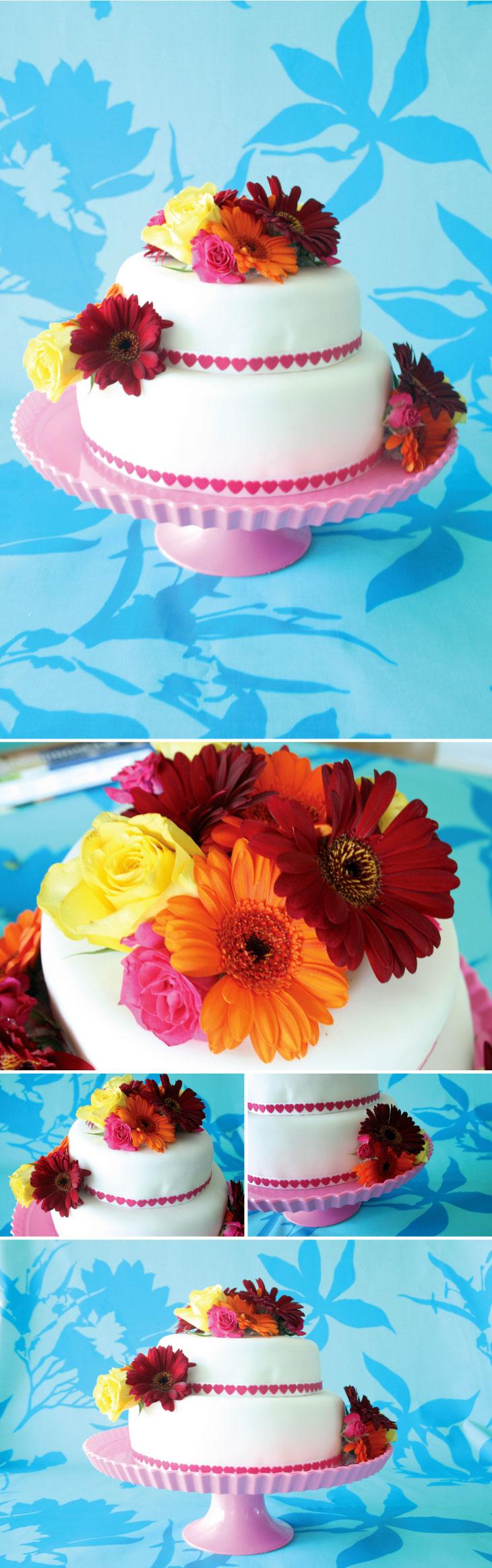 bryllupskage med hjerter og blomster