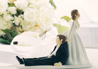 Bryllupslage topfigur bruden slæber afsted med gommen