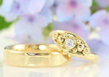 Vielsesringe i guld med flere sten i dameringen