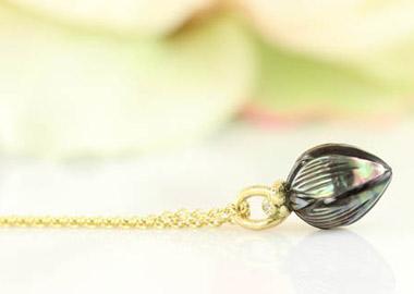 Halskæde i guld med flot sort perlevedhæng