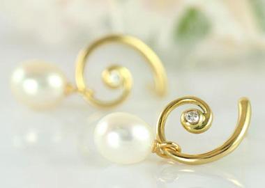 Snoede øreringe i guld med hvid perle