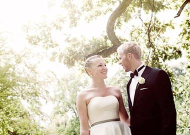 Brudepar fotograferet under et træ