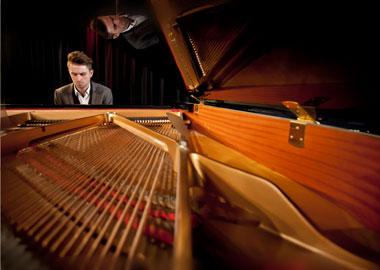 Mand der spiller klaver