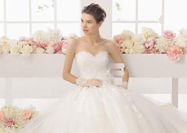 Brudekjole med hjerteudskæring med blonder og tyl