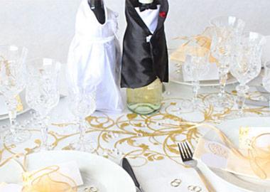 Brudepar figur på pyntet bryllupsbord