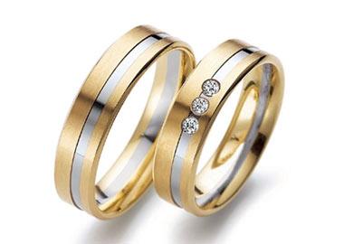 Vielsesringe i guld og hvidguld med 3 sten i dameringen