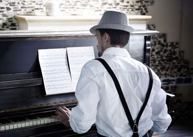 Mand spiller klaver