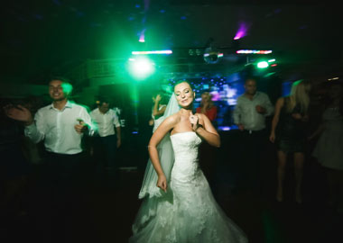 Brud der danser til DJ