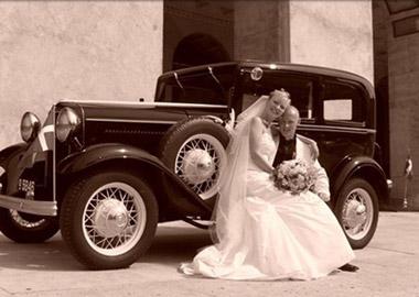 Brudepar der sidder foran en Ford B