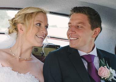 Brudepar der sidder i en bil