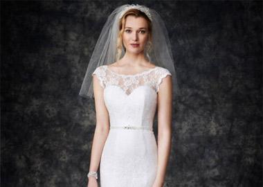 Brudekjole med hjerteudskæring og blonde top og smalt bælte med sten
