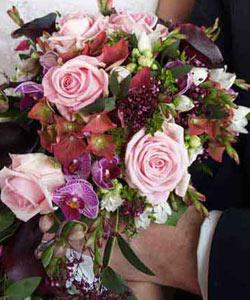 brudebuket af roser og orkidéer og callaer