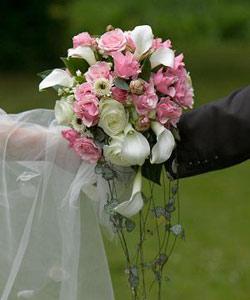 brudebuket roser og callaer
