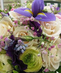 brudebuket med roser og lilla