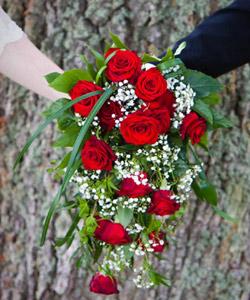 brudebuket med roser og brudeslør
