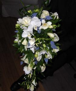 brudebuket med roser orkideer