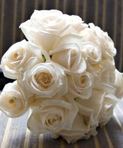 brudebuket med hvide roser