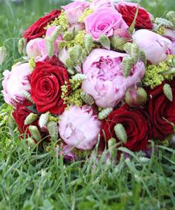 Brudebuket med roser og bonderoser