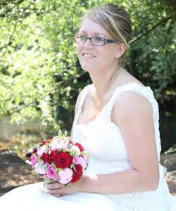 Brud med brudebuket af roser