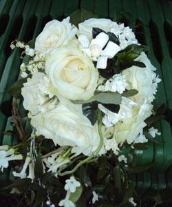 brudebuket med roser liljekonvaller